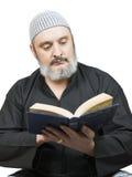Homme musulman lisant Coran. Image libre de droits