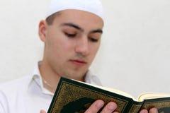 Homme musulman lisant Coran Photo libre de droits