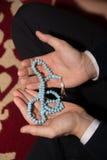 Homme musulman tenant le tasbih dans des mains Photos libres de droits