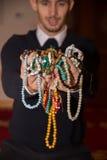Homme musulman tenant le tasbih dans des mains Image stock