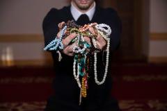 Homme musulman tenant le tasbih dans des mains Photographie stock libre de droits