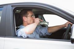 Homme négligent conduisant tandis qu'ivre Images libres de droits