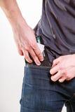 Homme négligent mettant le portefeuille dans la poche. Vol. Images stock