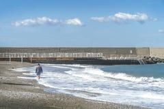 Homme a?n? marchant le long du chemin par la mer photos libres de droits