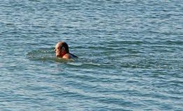 Homme nageant la Manche Photographie stock