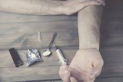 Homme, narcotique et seringue image stock