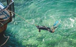 Homme naviguant au schnorchel en eau de mer de turquoise à Nice Photo stock