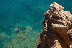 Homme naviguant au schnorchel en mer Méditerranée Photos libres de droits