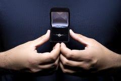 Homme nerveux avec la bague de fiançailles Images libres de droits