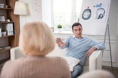 Homme nerveux fol discutant avec la femme supérieure Photos stock