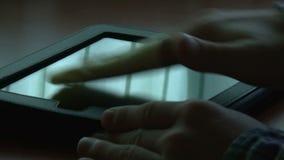 Homme nettoyant le comprimé numérique clips vidéos