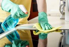Homme nettoyant le cuiseur dans la cuisine Image stock