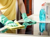 Homme nettoyant le cuiseur dans la cuisine Images libres de droits