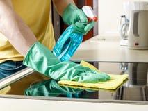 Homme nettoyant le cuiseur dans la cuisine Image libre de droits