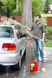Homme nettoyant sa voiture Photos stock