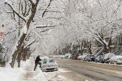 Homme nettoyant sa voiture de la neige à Montréal photo libre de droits