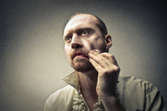 Homme nettoyant son visage Photographie stock