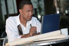 Homme noir d'affaires travaillant à l'extérieur sur un ordinateur portatif photos libres de droits