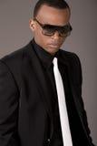 Homme noir sérieux d'affaires avec des lunettes de soleil Image stock
