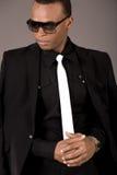 Homme noir sérieux d'affaires avec des lunettes de soleil Photo libre de droits