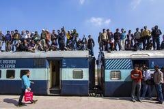 Homme non identifié sur l'Inde de train Photographie stock libre de droits