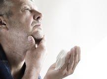 Homme non rasé mûr disposant à raser Photographie stock