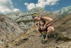 Homme nu adulte faisant un cycle sur la bicyclette de l'enfant Photographie stock libre de droits