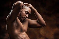Homme nu avec le corps parfait posant dans des jeans Photos stock