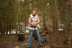 Homme nu avec le papier de carte de travail dans une forêt photo stock