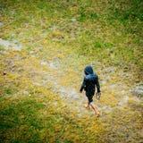 Homme nu de nourriture marchant sur un champ images libres de droits