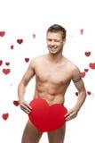 Homme nu drôle tenant le grand coeur de papier rouge Image libre de droits