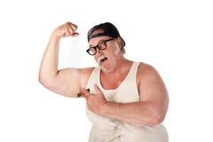 Homme obèse fléchissant des muscles dans la chemise de té Photographie stock