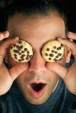 Homme observé par biscuit fou Images libres de droits