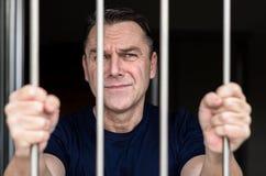 Homme observé par bleu âgé par milieu incarcéré images stock