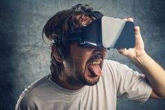 Homme observant le contenu 3d pornographique virtuel Photos stock