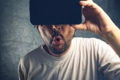 Homme observant le contenu 3d pornographique virtuel Image stock