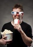 Homme observant le film 3D Images libres de droits