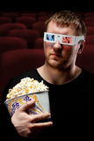 Homme observant le film 3D Photo stock