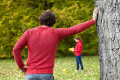 Homme observant son amie en parc Images stock