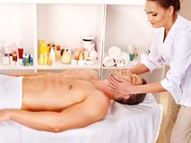 Homme obtenant le massage facial. Photographie stock