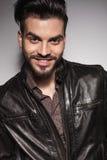Homme occasionnel attirant souriant pour l'appareil-photo Images libres de droits