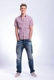Homme occasionnel avec des mains dans des poches Photo stock