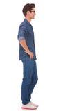 Homme occasionnel avec des mains sur des gratte-culs photographie stock libre de droits