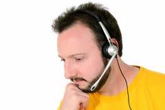 Homme occasionnel avec l'écoute d'écouteur Photographie stock libre de droits