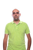 Homme occasionnel avec la chemise de polo verte photos stock
