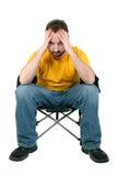 Homme occasionnel avec le mal de tête ou le renversement au-dessus du blanc Image stock