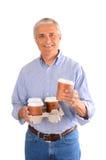 Homme occasionnel avec le plateau des cuvettes de café Photographie stock