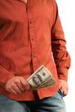 Homme occasionnel avec peu de billets d'un dollar houndred dans la main Photographie stock libre de droits