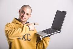 Homme occasionnel avec un ordinateur portatif Image libre de droits
