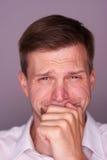 Homme occasionnel avec un visage pleurant Image stock